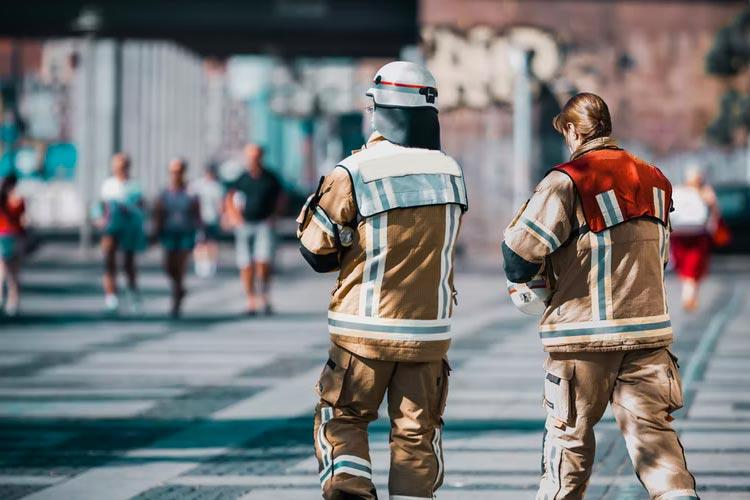 Zwei Feuerwehrleute von hinten betrachtet